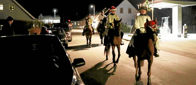 Ulsted Rideklub havde fredag arrangeret firbenet Lucia-optog gennem byen. Foto: Allan Mortensen