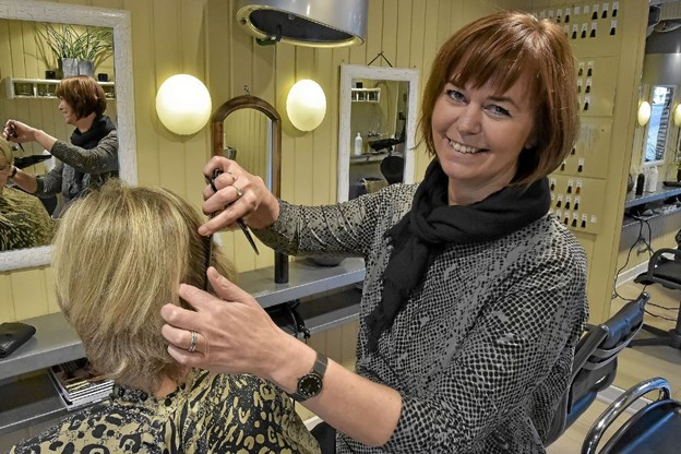 Hanne Ryming har været ansat frisør i Koloritten i 25 år og fortsætter. For hun kunne ikke tænke sig andet. Foto: Ole Iversen