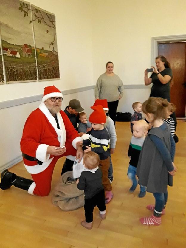 Julemanden glædede legestuebørn i Stenild. Privatfoto