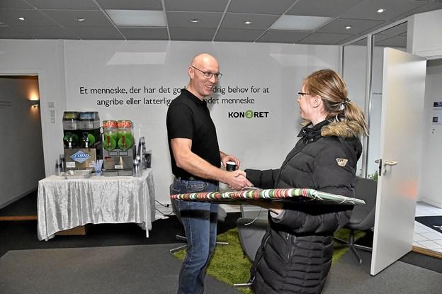 Jens Peter Gøttrup modtager gave til fællesskabet fra Elisa Grauenkjær, Vizuall.