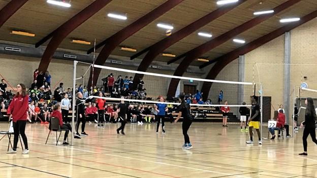 Idrætscenter Jammerbugt var fyldt med udskolingselever til Volleyballstævne. Foto: Camilla Madsen & Kasper Mølbæk