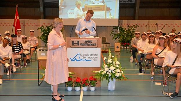 Jette Engelbreth fik selv en studenterhue ved dimissionsfesten forleden i Hobro Idrætscenter. Privatfoto