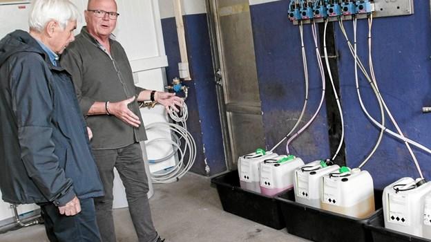 Allan Lassen fortæller Bent Thøgersen om teknikken bag vaskehallen. Foto: Peter Jørgensen Peter Jørgensen