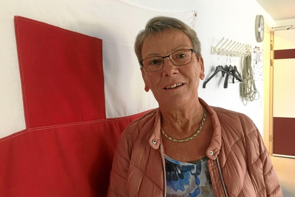 Lene Gru er mangeårig indsamler i Sæby, og hvert år møder hun op  med Røde Kors stickers i ørerne. Dér er god reklame for Røde Kors. Privatfoto.