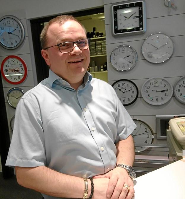 Michael Hansen, Clock Huset i Nykøbing kan - også i sin egenskab af formand for Handelsstandsforeningen - glæde sig over mange roser for den julepyntede gågade i december.
