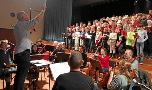 4. klasser fra seks skoler på Mariagerfjord blev akkompagneret af Randers Kammerorkester og dirigeret af David Riddell. Privatfoto