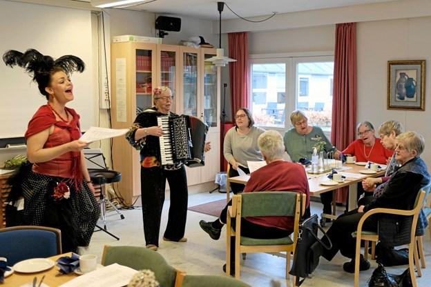 """""""Sidsel fra Kvissel"""" og harmonikaspiller Gertrud Bjerg skabte en festlig stemning, og til """"Jeg har en ven - en rigtig sejler"""" blev der vugget og sunget for fuld hals. Foto: Niels Helver Niels Helver"""