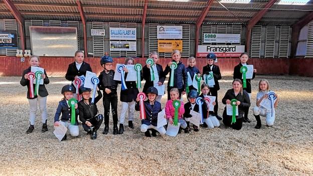 Mange rosetter og diplomer skiftede hænder i forbindelse med ridestævnet i Ranum. Privatfoto