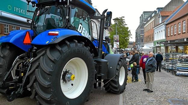 Den traktor er da noget større end dem jeg kendte fra jeg var lille, synes manden her at tænke overfor den kæmpestore New Holland T7 270 fra J. Hundahl. Foto: Ole Iversen Ole Iversen