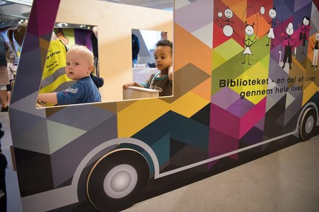 I det ny småbørnsbibliotek er der en kopi af bogbussen, som børnene straks indtog.