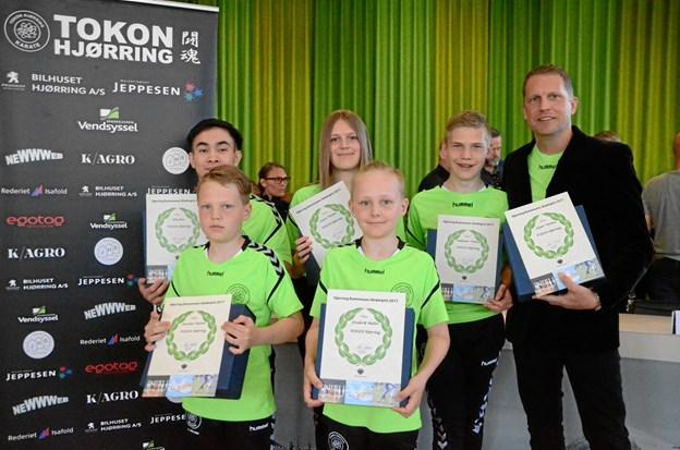 Bastian Vinther, Frederik Møller, Laura Vinther og Huy Bao samt Valdemar Vinther blev hædret sammen med foreningens cheftræner, Jesper Vinther. Privatfoto.