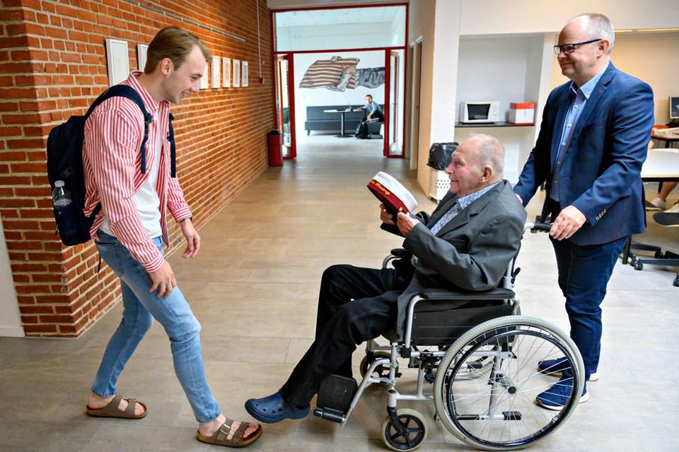 Bedstefar Knud Jørgensen var klar med huen til barnebarnet Anders Riis Klæstrup, som er årets første student på Brønderslev Gymnasium. Foto: Kurt Bering