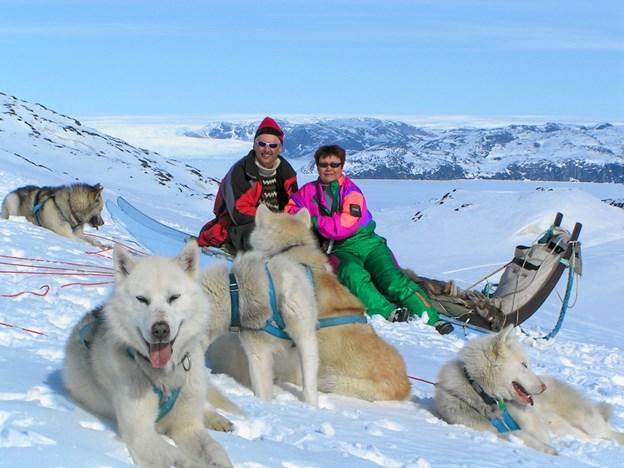 Midt i dette idylliske landskab sidder Bent og hans grønlandske hustru Ulla og nyder freden blandt de afslappede hunde. Privatfoto privatfoto
