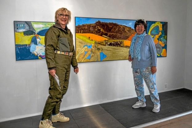 To af udstillerne, Gudrun Kjær (tv) og Birthe Kjærsgaard (th) i gang med udstillingen. Foto: Mogens Lynge Mogens Lynge
