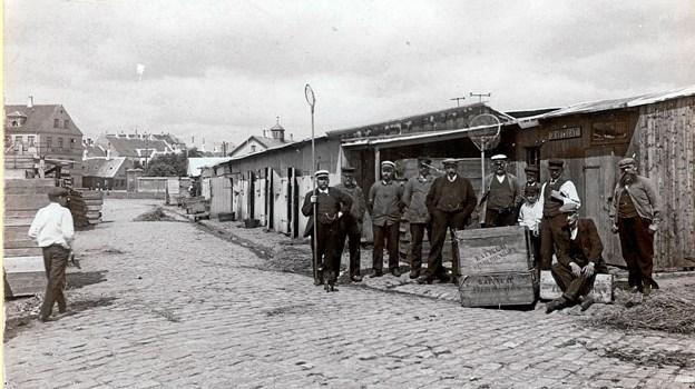 Fiskeeksportører i Frederikshavn Gammelhavn i 1910. Det var fiskeeksportører og kutterederne der økonomisk stod bag den frederikshavnske succes