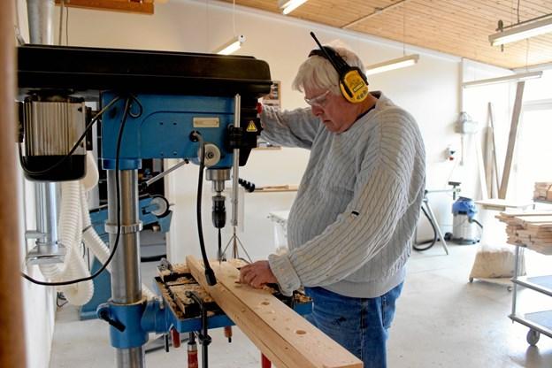 Per Simonsen er også en af de voksne på Nordstjernen, der er seriøs omkring sit arbejde og her borer han huller.  Privatfoto