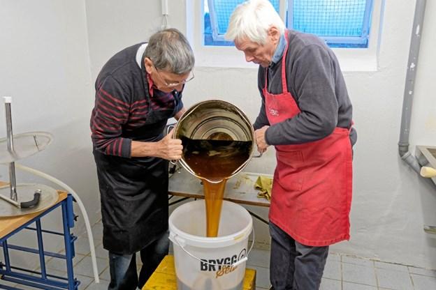 Tversted Bryggerlaug har lokaler på skolen, og Peter Eplov og Bent Thøgersen er i gang med et nyt bryg. Foto: Niels Helver Niels Helver