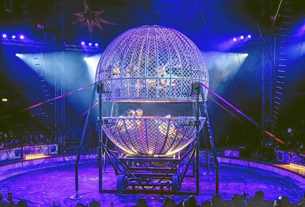 Artisterne Diorios er igen i manegen hos Cirkus Arena med deres spektakulære motorcykelshow.Pressefoto: Christian Warrer