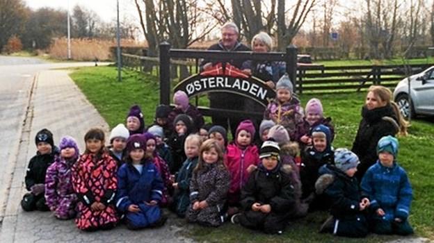 Per Hansen, der her ses bagest i billedet har også fremstillet det nye skilt til Børnehaven Østerladen i Hals. Privatfoto.