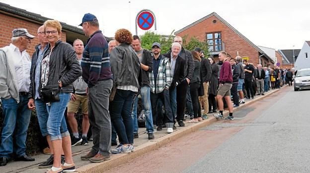 En lang kø til øllets dag og 1100 kom ind. Men 100 ølentusiaster måtte afvises ved døren.Foto: Christian Kjeldsen