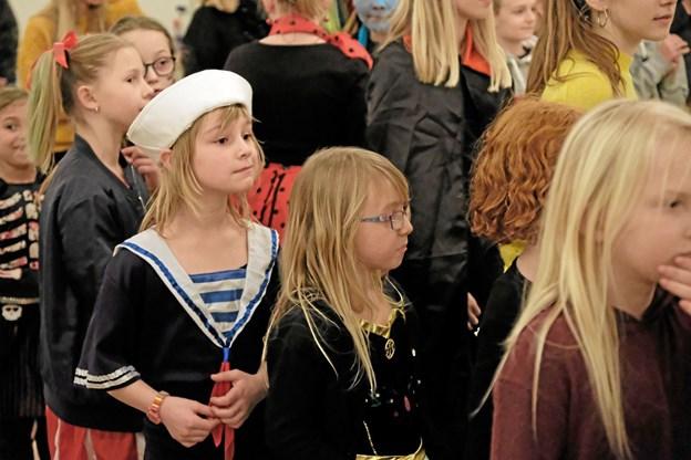 I Sognegården stod børnene på rad og række og ventede spændt på deres tur til at slå et slag på tønden. Foto: Niels Helver Niels Helver