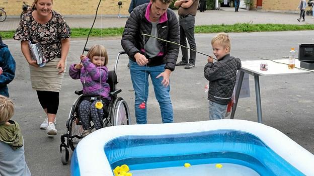Der var stor aktivitet ved fiskedammen, hvor børnene kunne vinde fine præmier. Foto: Niels Helver