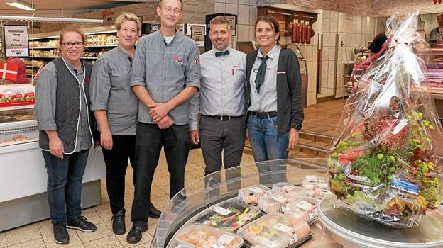 Tina Bastholm er butikschef, Kirsten Jensen er ny leder af delikatesseafdelingen og René Poulsen er fortsat slagtermester. Købmandsparret René Ejstrup og Pia Rønn glæder sig til at servicere kunderne både i Spar butikken og hos Slagter Winther. Foto: Niels Helver