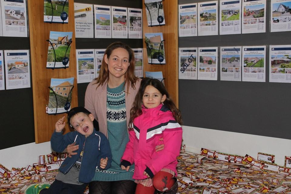 Et kort blandt mange var udslagsgivende. Her ses vinderen med børnene Karla og Mikkel Johan. Foto: Hans B. Henriksen