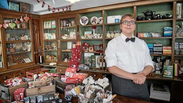 Ved sommerfesten er der også liv inde i museets gamle købmandsbutik, hvor kommisen huserer. Her kan man købes alskens gamle varer – ikke mindst gammeldags julepynt, som sælges året rundt. Foto: Lars Horn, Nordjyllands Historiske Museum