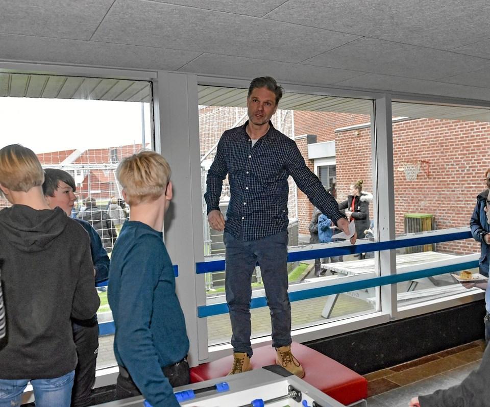Skoleleder Nils Cassøe Jepsen takkede forældre og elever for renoveringer af fælleslokaler - blandt andet på grund af 166.770 kroner der blev cyklet ind. Ole Iversen
