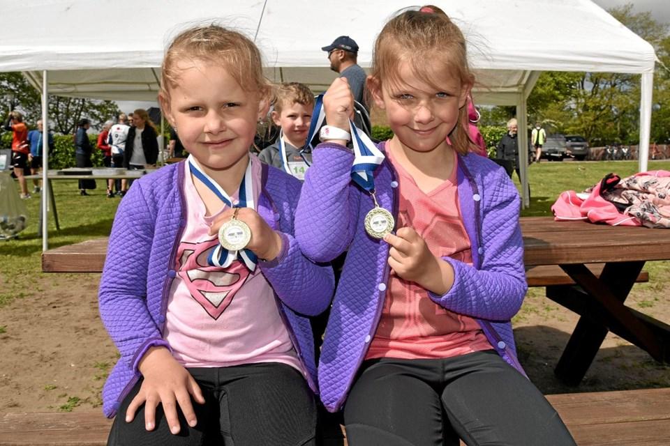 Emma og Freja løb deres 3 km i flot stil og sidder stolt med deres medaljer. Foto: Niels Helver Niels Helver