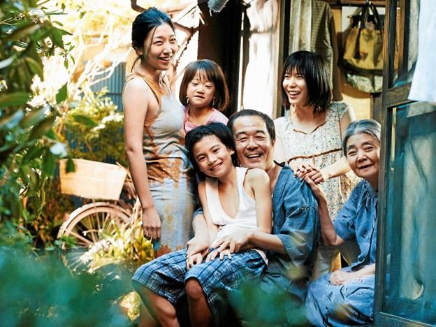 Scene fra den japanske film Shoplifters, der er marts måneds film i SeniorBio.