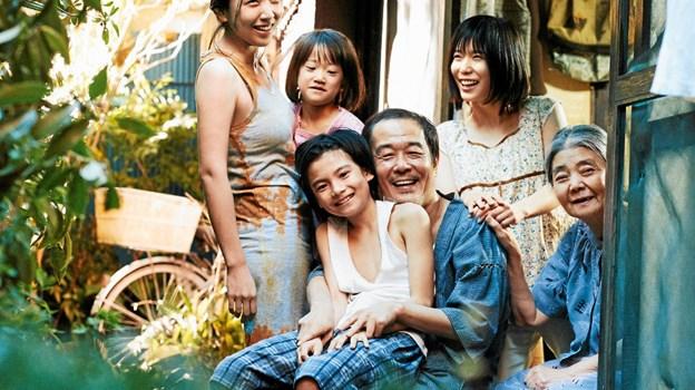Osamu og hans familie er hovedpersonerne i den japanske film Shoplifters, som Seniorbio viser i marts. Her en scene fra filmen.