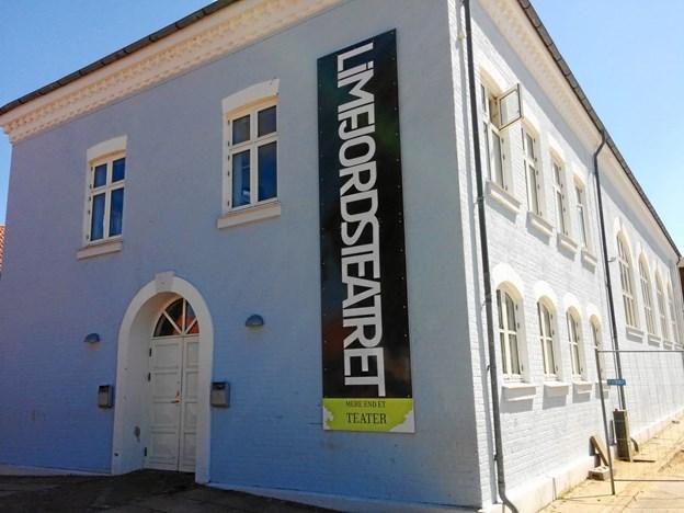 De to alsidige herrer, Farshad Kholghi og Mads Keiser, leverer fredag og lørdag de to sidste forestillinger i det gamle teaterhus, som indledes med julebuffet. PR-foto Efter nytår begynder nedpakningen af det gamle teaterhus, og til foråret flytter Limfjordsteatret ind i det nye byggeri på Limfjordsvej 97. PR-foto.