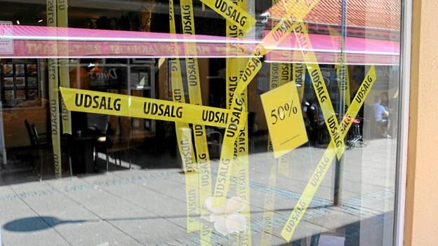 Under Open Summernight skortede det ikke på høje rabatter i alle Sæbys forretninger, hvilket de mange gule tilbudsskilte gjorde kunderne opmærksom på. Foto: Tommy Thomsen Tommy Thomsen