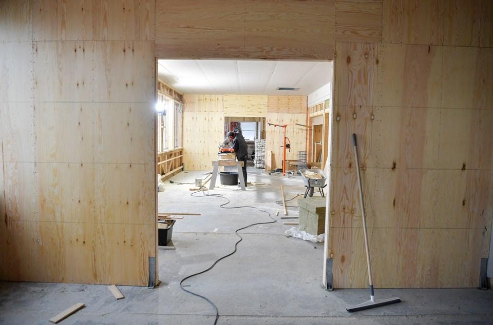 Der mangler endnu meget indenfor i badehotellet, selvom de ude fra ser næsten færdigt ud. Foto: Claus Søndberg Claus Søndberg