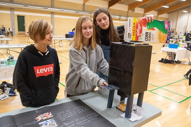 De tre elever Frederik, Emilie og Astrid fra 6C på Skørping Skole havde med deres projekt Refill plast et bud på at minimere og genbruge plast i hverdagen, blandt andet ved at man som kunde selv tager beholdere med under dagligvareindkøb.