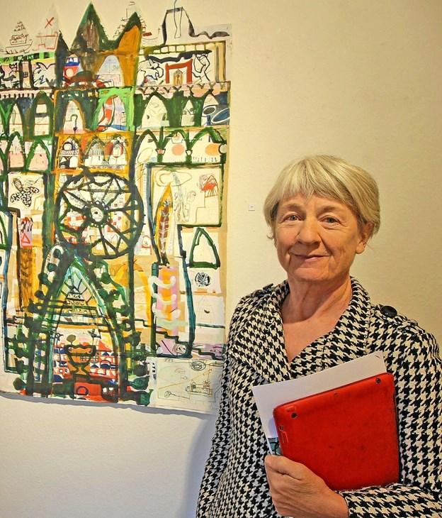 """Kunstneren Marianne Thygesen ved sit værk, """"Slottet"""". Det er akryl, tusch og collage og måler 125 X 88. Foto: Jørgen Ingvardsen"""