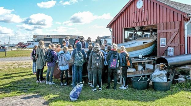 5A fra Aars Skole på besøg i Løgstør på Limfjordsmuseet, hvor de skulle døbe museets Løgstør Jolle. Foto: Mogens Lynge Mogens Lynge