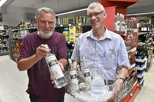 De første 200 flasker er nu på hylderne hos Menu og så kan ginen også købes hos Vorupør Slagter. Til venstre Knud Løkkegaard, direktør N&S Univers. Foto: Ole Iversen