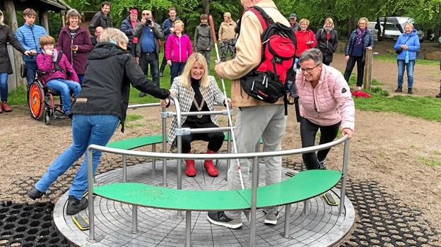 Børn og voksne fra Gimle, Solsikken, Abildgårdskolens specialklasser og Bødkergården indviede kørestolskarrusellen sammen med repræsentanter fra Frederikshavn Kommune.