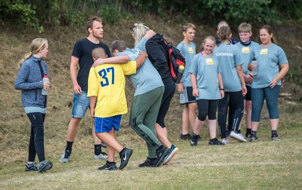 Der var lagt op til gentlemenspil og god holdånd undervejs. Her hjælper en Hobro-spiller en skadet Fjordmark-spiller ud af banen.