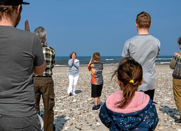 Chi gong på stranden i Slettestrand med Lisbeth Skovmand som instruktør.  Foto: Finn Byrum