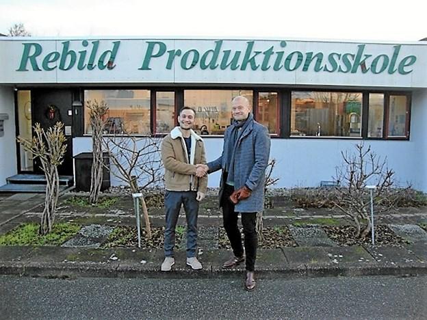 Ungdomsskoleleder Jens Skov Jørgensen (t.h.) ønsker Abdul (t.v.) tillykke med hans EGU-bevis. Foto: Privat