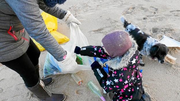 Går man på jagt efter plasticaffald på stranden finder man desværre rigtig meget. Her er Clara i gang med at fylde strand-plast i sækken. Foto: Ole Iversen