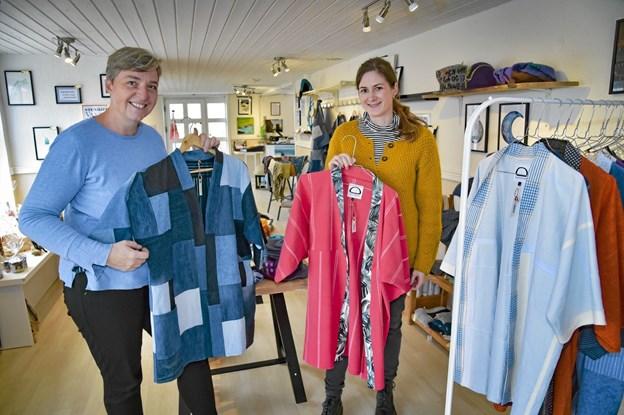 Berith Fyhring (tv) og Christina Normand Bislev er nu sammen om Agger design. Her med deres eget bæredygtige tøj. Foto: Ole Iversen