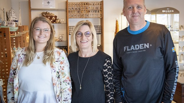 Freja Stenbroen, Mette Stenbroen og  Anders Wolff håber og er spændte på, om turisterne og de lokale finder vej til den nye butik på Kvasevej. Foto: Kim Dahl Hansen
