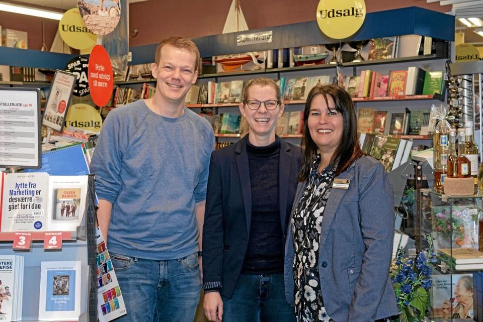 Malene Ibsen Jakobsen er flankeret af Allan Nyholm Ottosen og Henriette Roden Münster, der fortsætter i boghandlen. Foto: Niels Helver Niels Helver