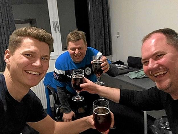 Men også tid til socialt samvær. Fra venstre: Rasmus Lund, assistenttræner serie 1, Thorbjørn Larsen, cheftræner senior og Torben Kjær, træner serie 3. Privatfoto Ole Iversen