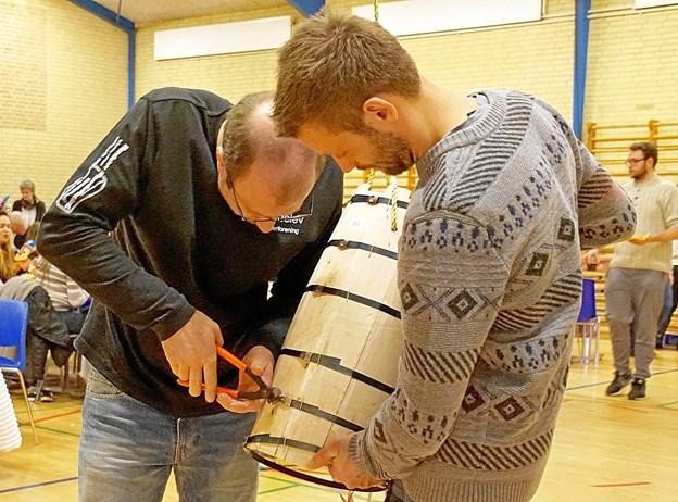 Arrangørerne måtte snyde lidt og løsne et par bånd, ellers havde tønden måske overlevet til næste fastelavn. Foto: Helge Jensen